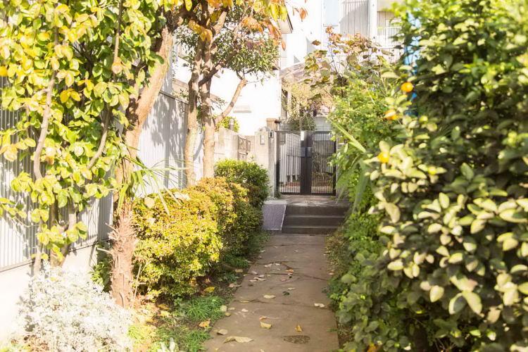 学芸大学駅の賃貸:【緑で覆われた小道の向こうに。】